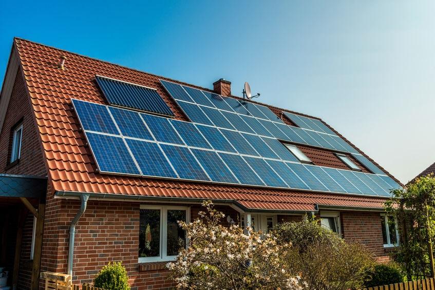 Die steigenden Strompreise machen eine Option umso interessanter: Die eigene Solaranlage. Bild: Diyana Dimitrova