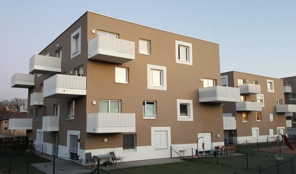 Wohnanlage in Linz, Flachdach, braun, mit Balkonen
