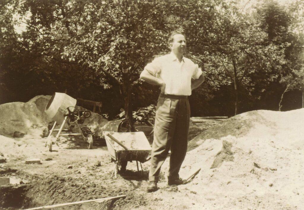 Altes Schwarzweißfoto, das Gründer Günter Fronius zeigt