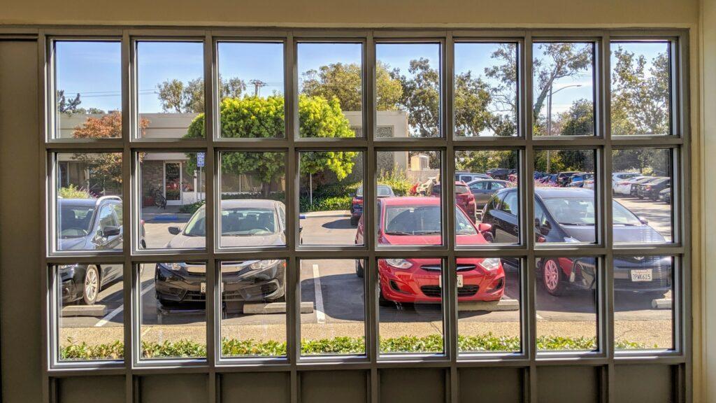 Blick durch ein Solarfenster von Ubiquitous Energy