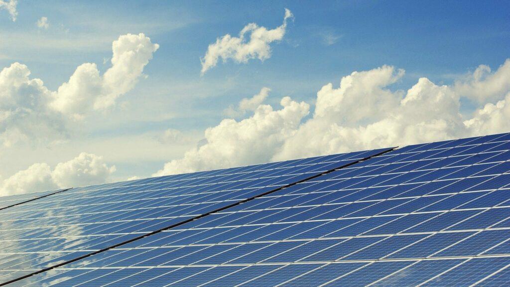 Photovoltaikanlage und Himmel