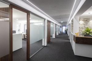 Bürogebäude, das mit QualityFlex beleuchtet wird