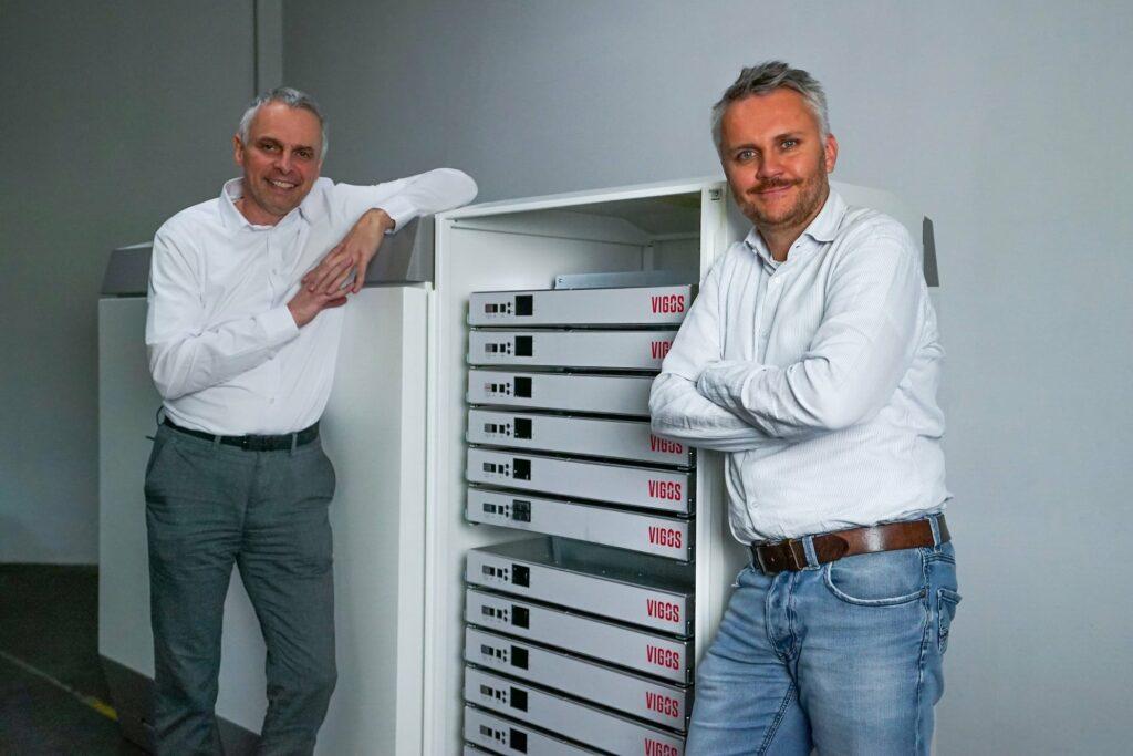 Die Geschäftsführer von BlueSky Energy, beide in weißen Hemden