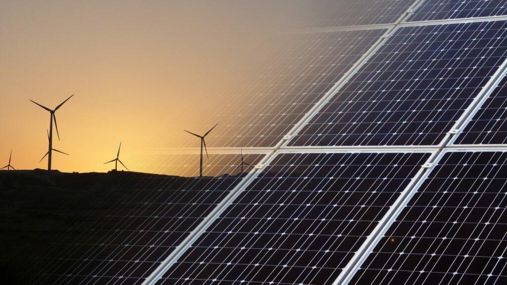 Photovoltaik-Paneele und Windräder