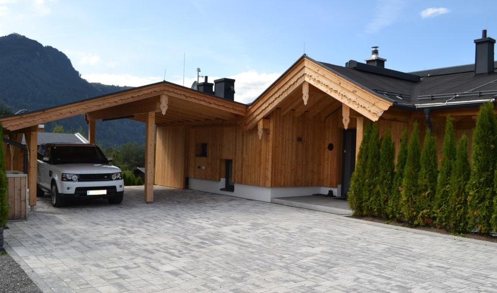 Außenansicht des von Obernauer errichteten Hauses, inklusive Wetterstation von Theben.