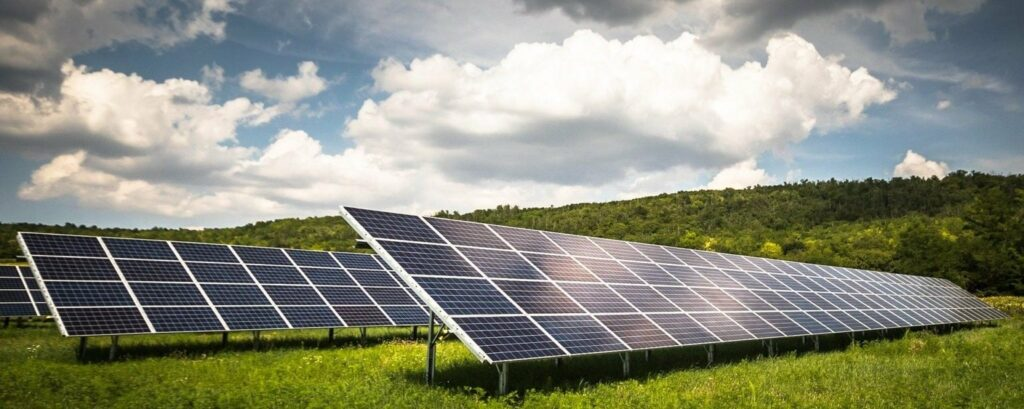 Photovoltaikmodule unter wolkigem Himmel